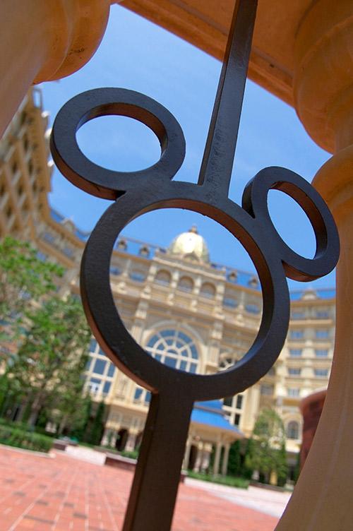 広場の入口にあるミッキーシェイプの柵の画像