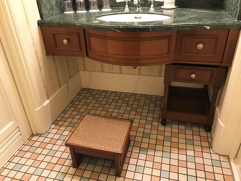 洗面台にあるお子さま用の踏み台の画像