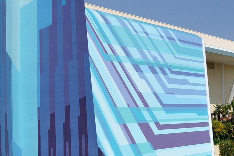 青い線でデザインされた壁の画像