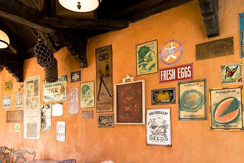 ポスターがたくさん飾ってある壁の画像