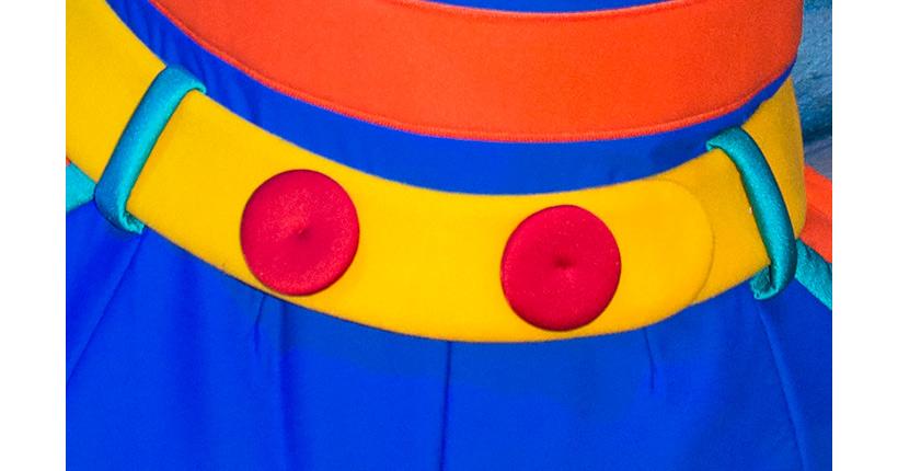 黄色いベルトに赤いボタンが2つ並んでいる画像