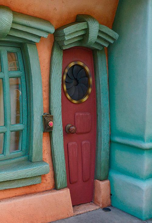 2問目、細長い赤い扉の画像