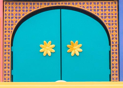 3門目、花形のドアノブが付いている扉の画像