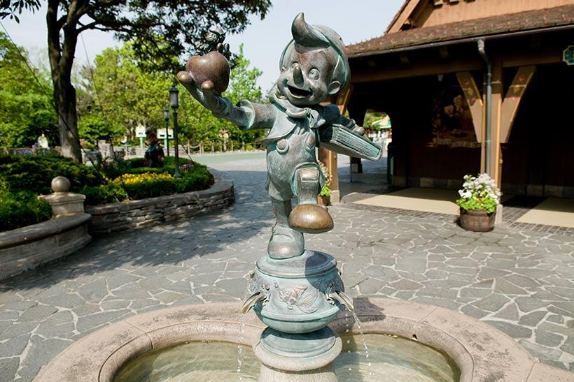 ピノキオの銅像がある石造りの噴水の画像
