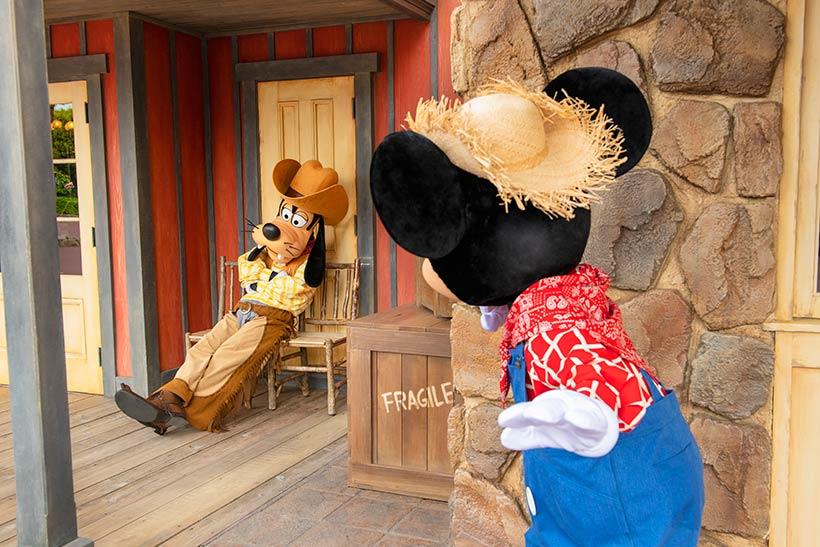 椅子に座っているグーフィーを見つけるミッキーの画像