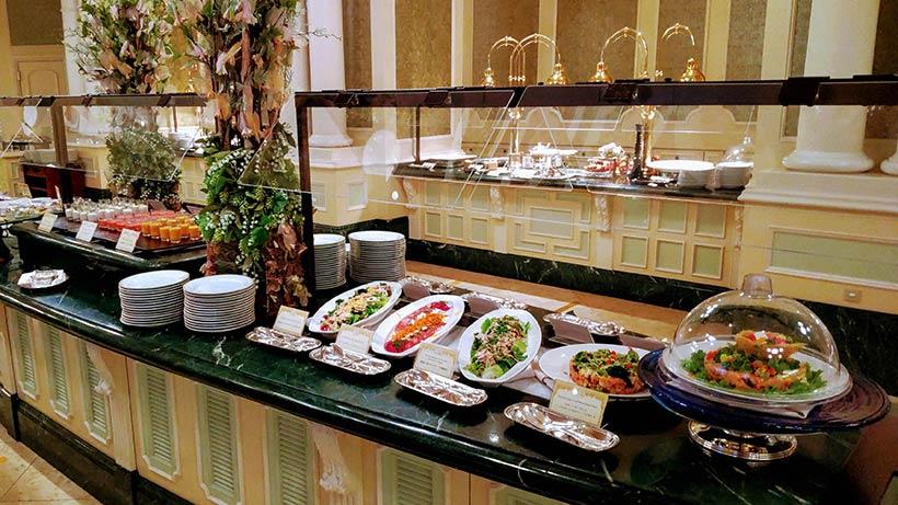 たくさんの料理が並ぶブッフェ台の画像