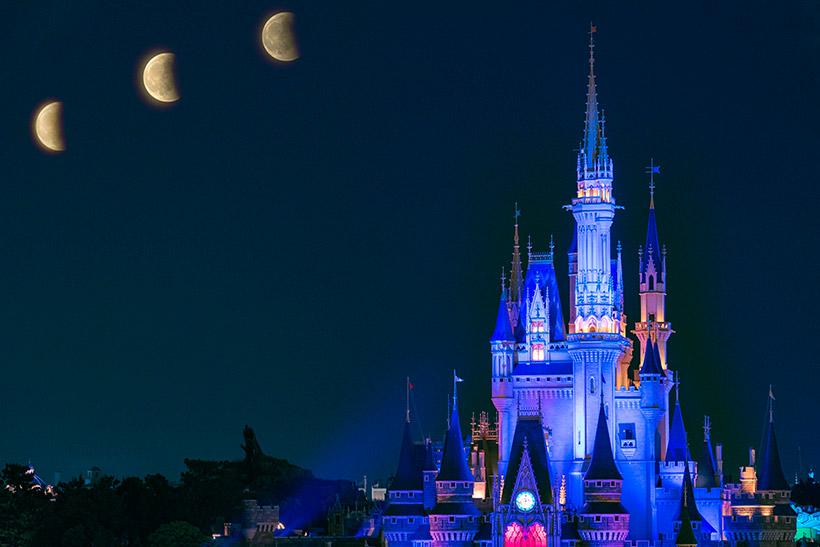 シンデレラ城と月の画像