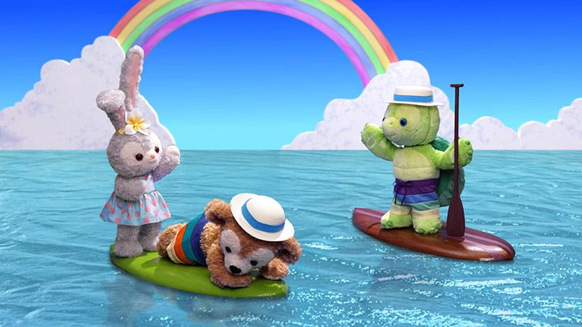 サーフボードに乗っているダッフィーとステラ・ルーとオル・メルの画像