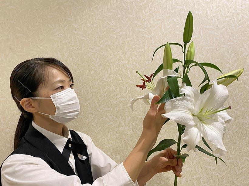 お花を選定している画像