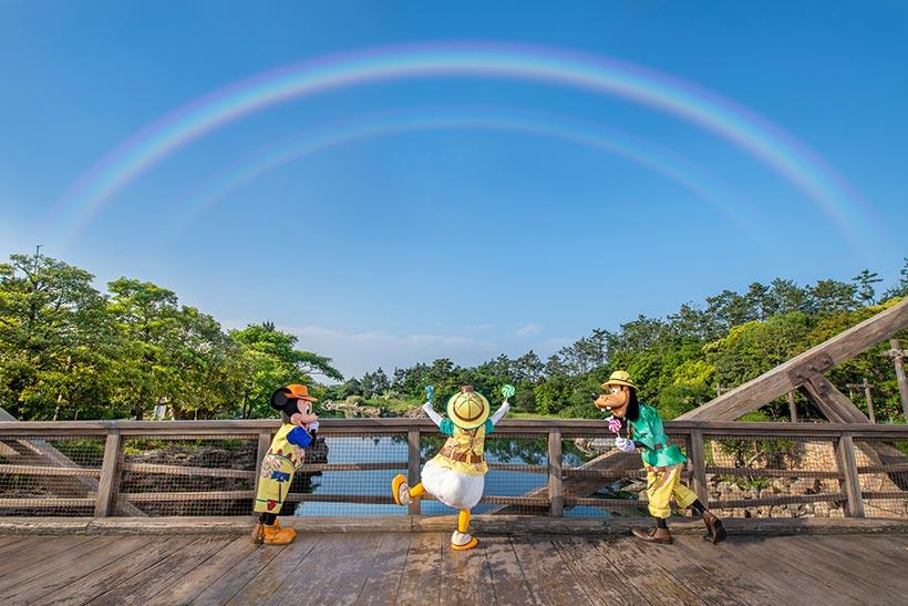 虹を見上げるミッキーとドナルドとグーフィー
