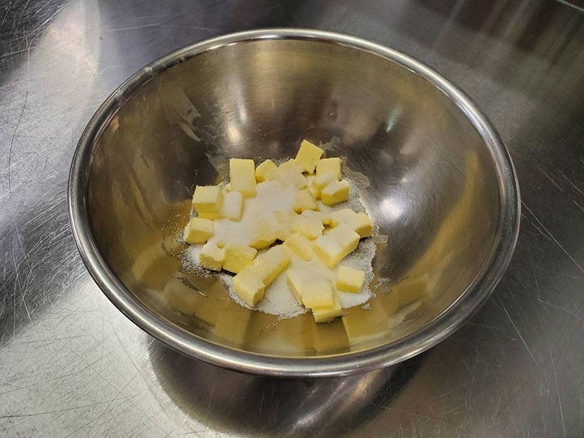 バターとグラニュー糖Aをボールに入れた画像