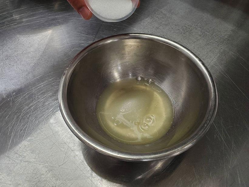 卵白にグラニュー糖Bを加えている画像