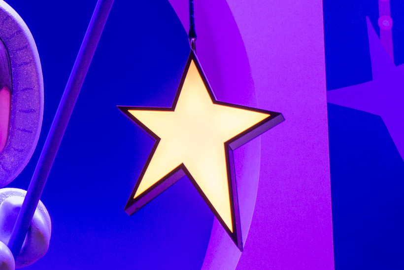 青と紫の背景にある星の画像