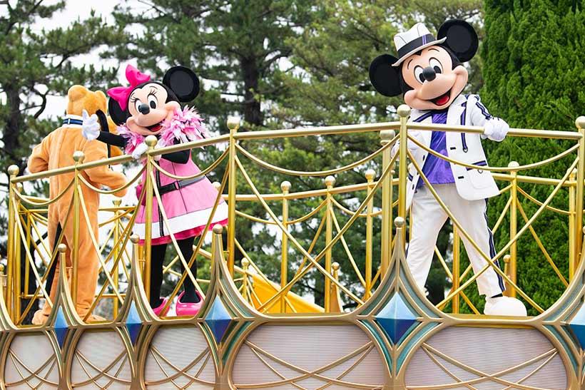 フロートにのったミッキーとミニーの画像