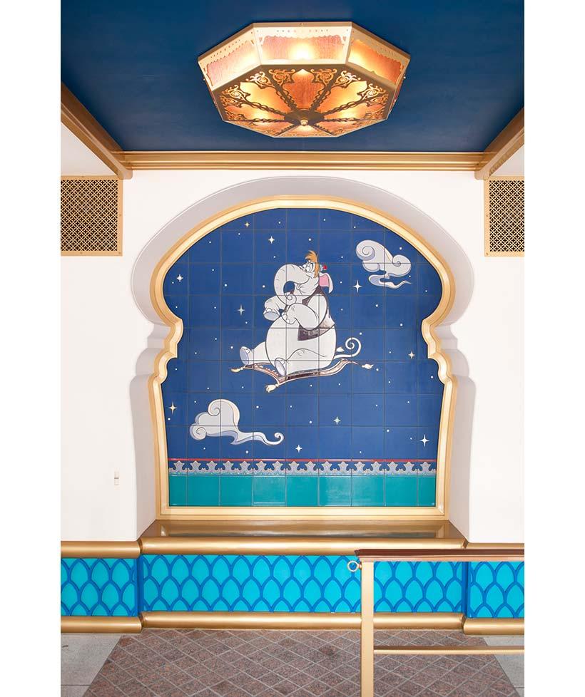 象が魔法のじゅうたんに乗っているタイル