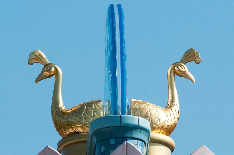 金色の孔雀のオブジェ