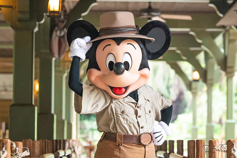 帽子を触るミッキーの画像