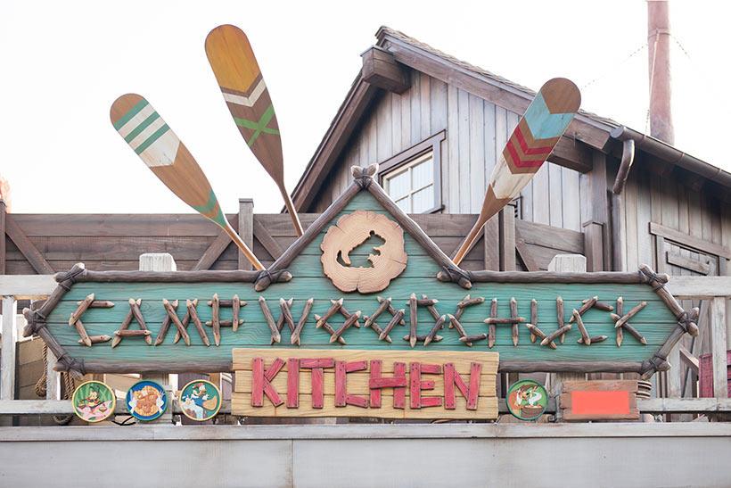 「キャンプ・ウッドチャック・キッチン」の看板画像