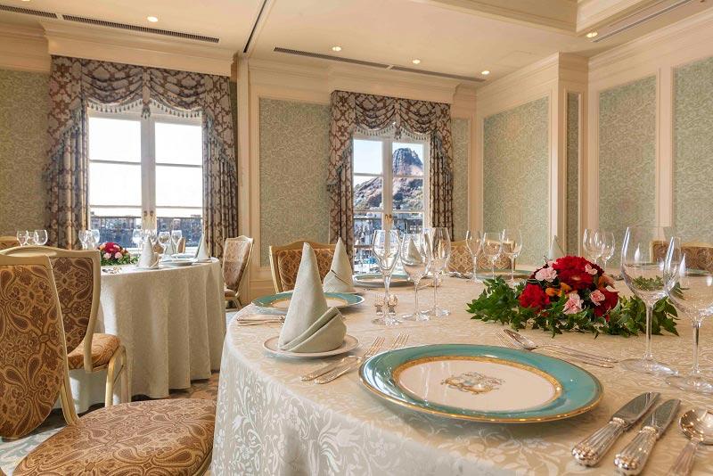 宴会場の食事イメージ画像