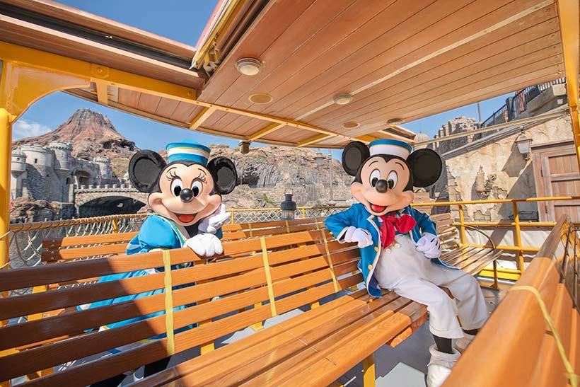 「ディズニーシー・トランジットスチーマーライン」に乗っているミッキーとミニーの画像