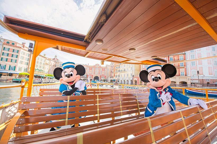 乗船しているミッキーとミニーの画像