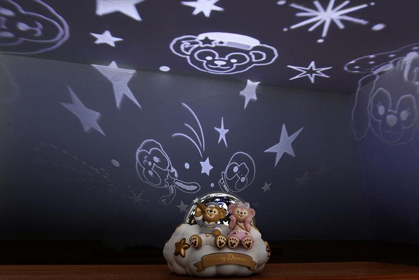 ダッフィーたちと星が天井に映し出された画像