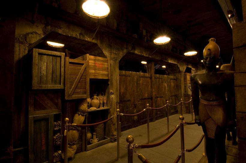 壺などが置いてある倉庫の画像