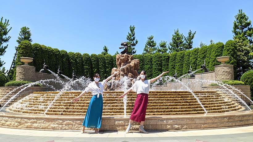 噴水の前で撮影をしている画像