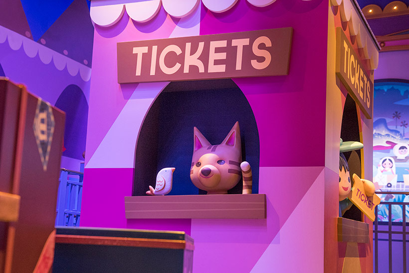 「イッツ・ア・スモール・ワールド」のチケットブースのネコ