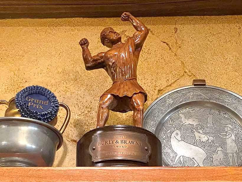 最も体が頑丈で筋骨たくましい人に贈られる賞のトロフィーの画像