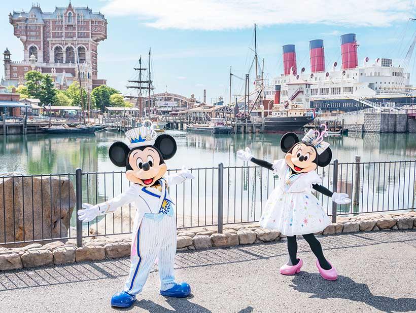 新しいコスチュームを着た、ミッキーマウスとミニーマウスの画像