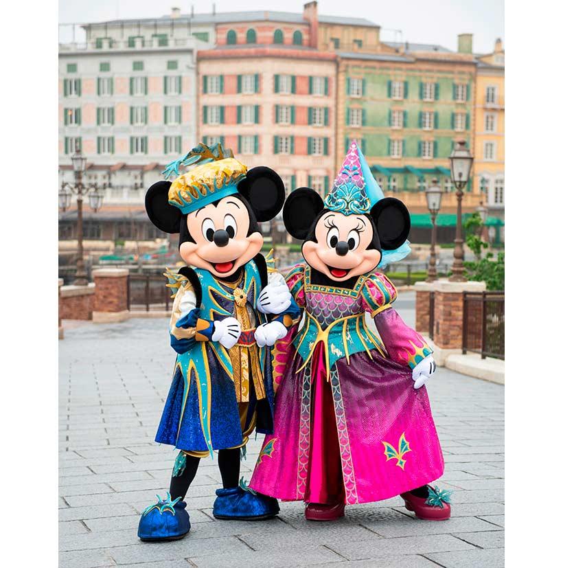 「フェスティバル・オブ・ミスティーク」の衣装を着たミッキーとミニーの画像