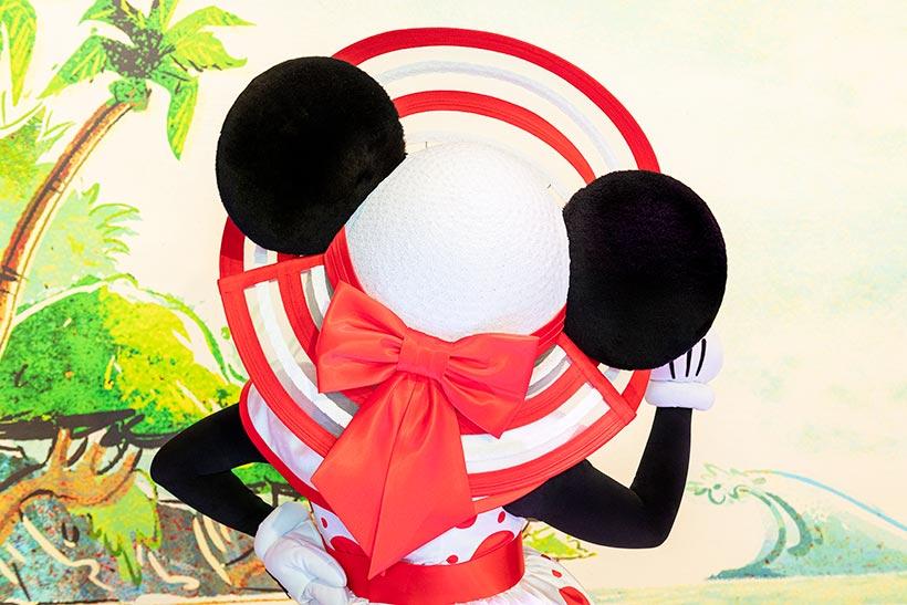 後ろに大きなリボンがついた帽子の画像