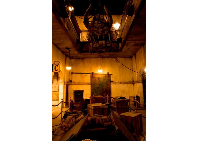 秘密の倉庫に吊り下げられた大きな彫像の画像