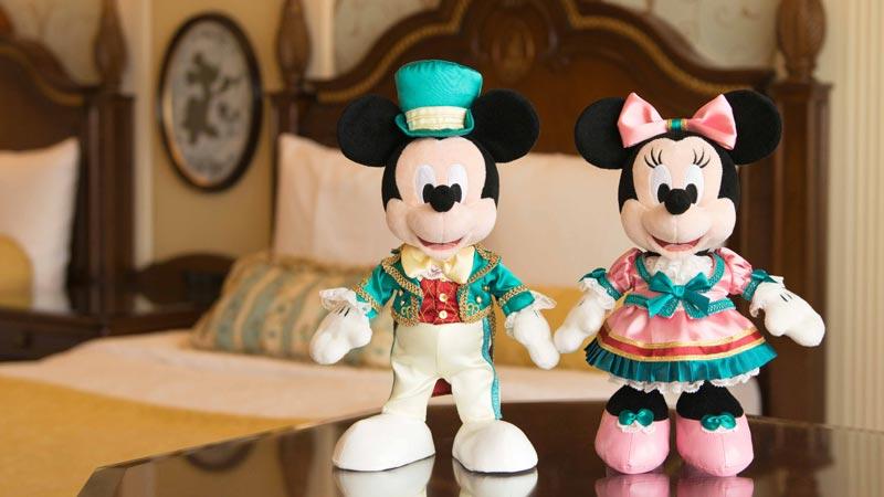 【宿泊者限定グッズ】オリジナルコスチュームのミッキー&ミニーのぬいぐるみセットのイメージ