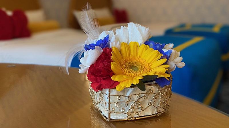 ドナルドダックのバースデーをお祝いして、フラワーアレンジメントをプレゼントのイメージ