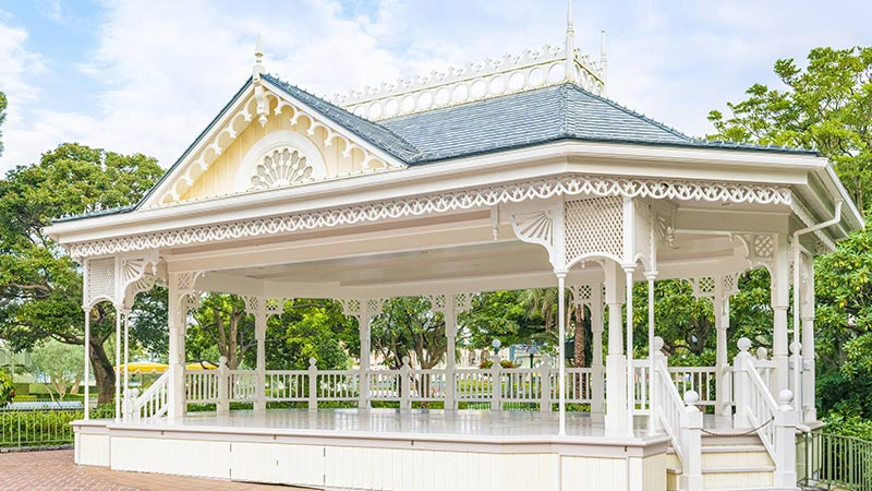 In front of Plaza Pavilion Bandstand (Disney Character Greeting)的图像