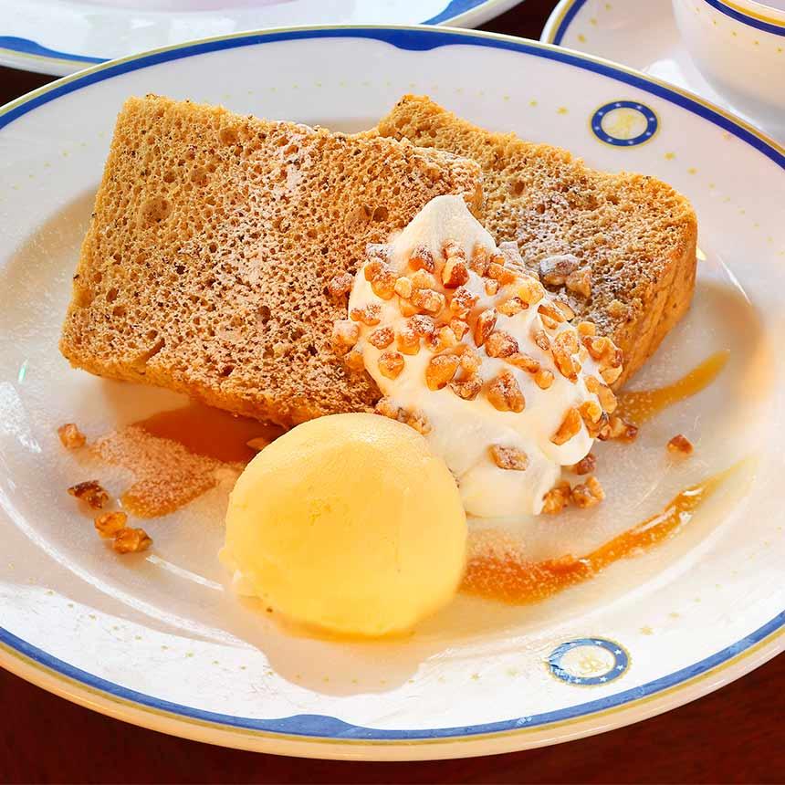 紅茶のシフォンケーキ、バニラアイスクリーム添えのイメージ1