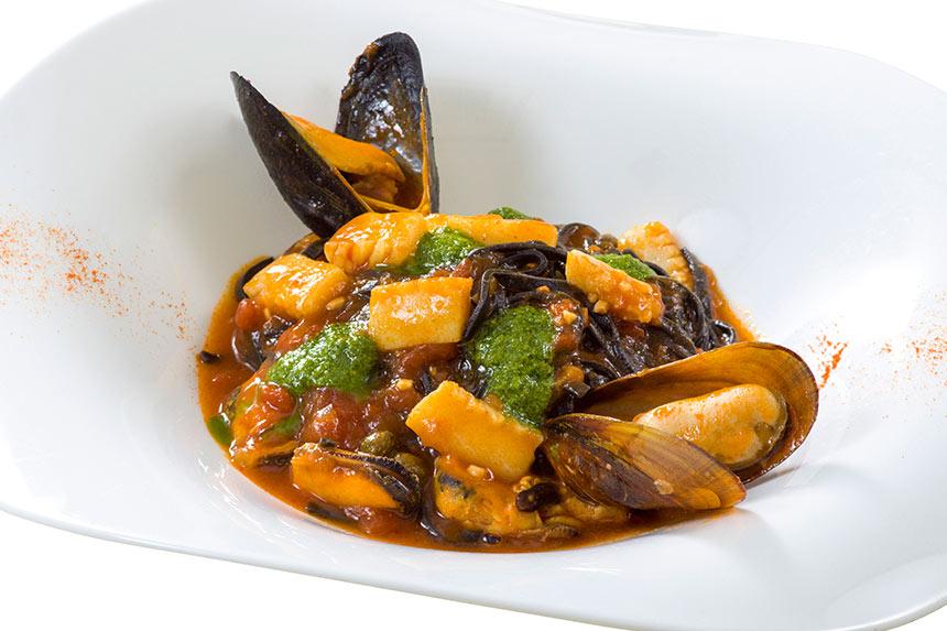 イカ墨のタリオリーニ、イカとムール貝とルッコラのトマトソースのイメージ
