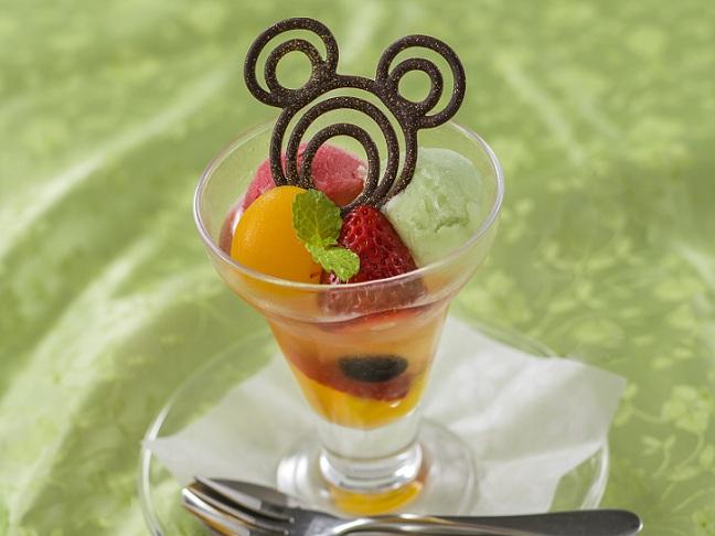 フルーツとわらび餅のパフェ、和三盆のシロップのイメージ