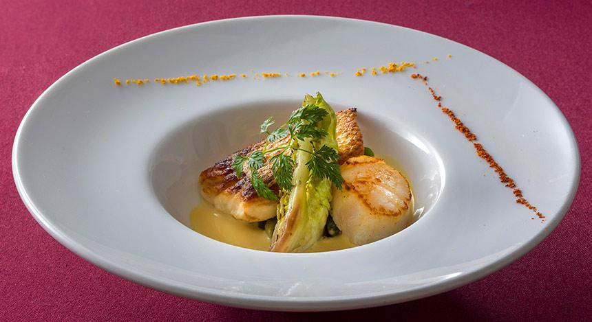魚料理真鯛と帆立貝のポワレ、オレンジ風味のヴァンブランソースのイメージ