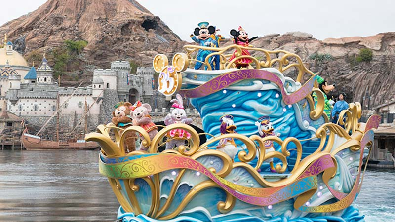 "gambar Pertunjukan Jumpa Tokoh di Atas Perairan ""Happiest Celebration on the Sea"""