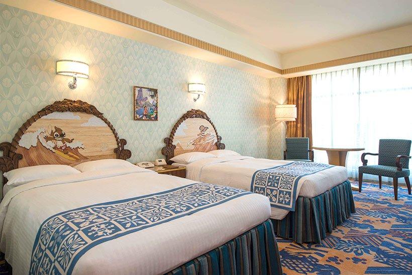 """【""""オハナ""""と一緒に】ディズニーアンバサダーホテルのスティッチルームは、映画の舞台であるハワイを感じられるお部屋ヘッドボードには、サーフィンを楽しむスティッチやリロの姿も。大...のイメージ"""