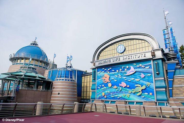 image of 【科学や自然を、身近に感じて…。】東京ディズニーシーにある海洋生物研究所では、最新技術を使った海底探索の旅へ出発することができます。乗り込むのは魚の形の潜水艇、シーライダー。...