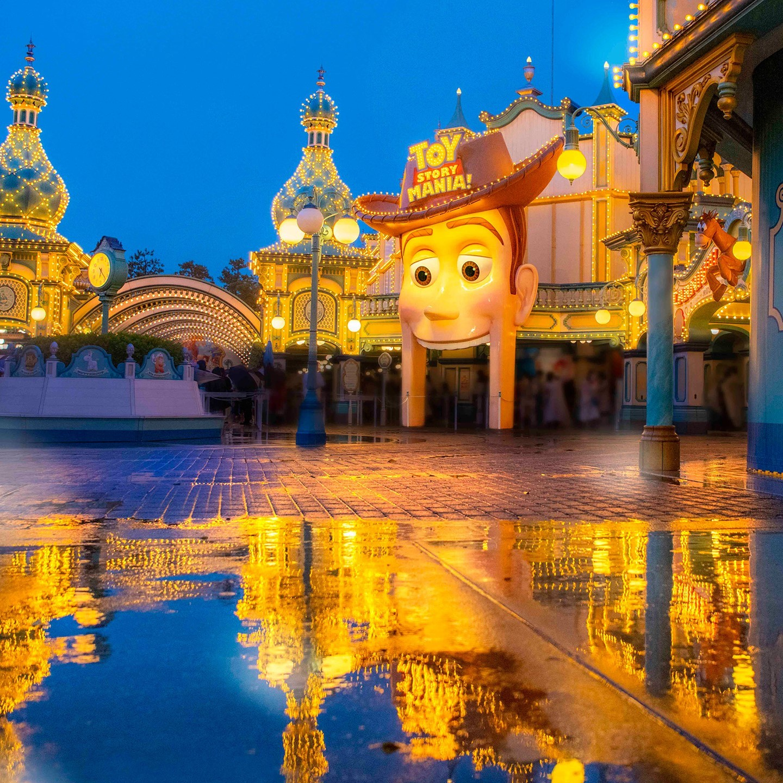 Toy Story on a rainy day. きらめくおもちゃの世界 #toystorymania #toyvilletrolleypark...的图像