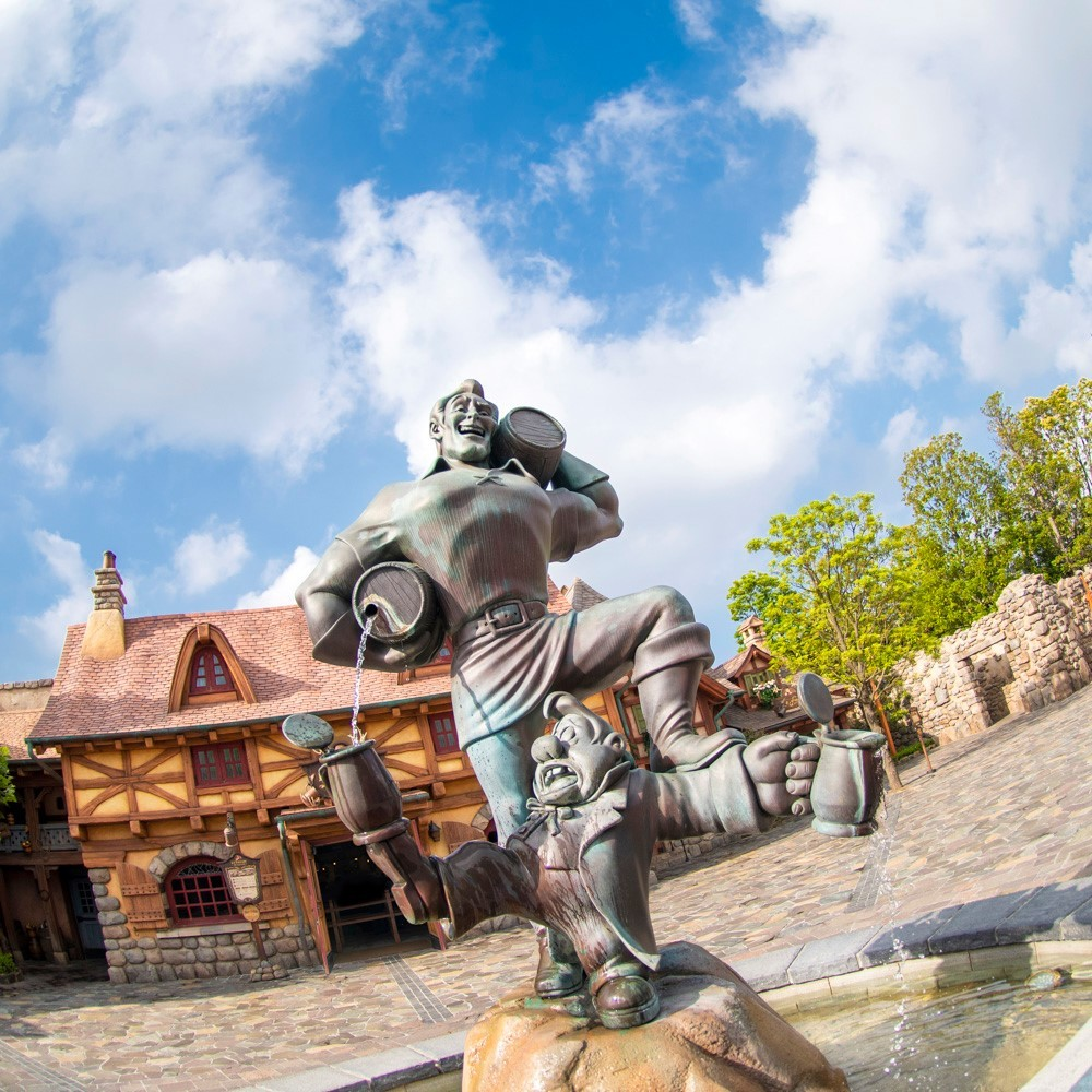 There is no one quite like Gaston. 水しぶきが飛んできそう! #gastonsfountain #gaston #fantasyland...のイメージ
