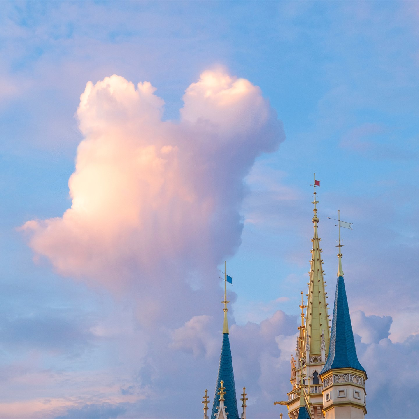 image of If you look up at the sky... 空を見上げたら・・・☁️ #cloud #mickeyshape #cinderellacastle...