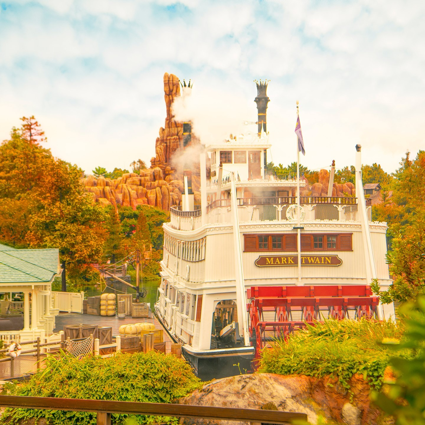 image of Depart for an autumn cruise! 秋の船旅へ出発 #autumn #autumnleaves #marktwainriverboat...