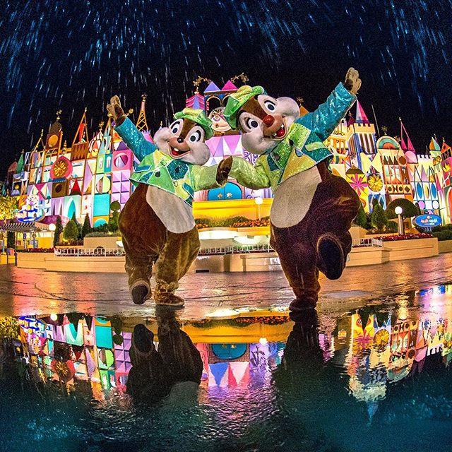 Fun in the rain!雨でもへっちゃらなふたり☆#chipanddale #itsasmallworld #fantasyland #tokyodisneyland...のイメージ