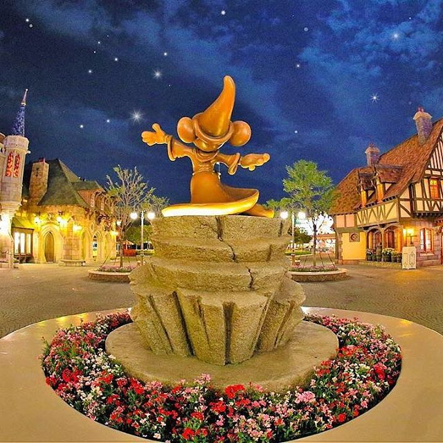 Playing with the stars!願い事が叶いそうな夜空だね☆(Photo:@tdr_mari.3)#mickey #fantasyland...的图像